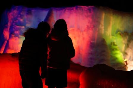 氷濤祭りを楽しむカップル。illumination